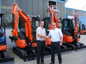 Die gute Zusammenarbeit beider Firmen wurde bei Übergabe der neuen KUBOTA Kurzheckbagger durch BMD-Verkaufsleiter Daniel Butzke an Markus Seegardel per Handschlag besiegelt.